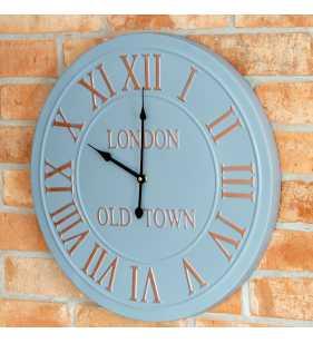 Zegar ścienny metalowy na ścianie z cegły