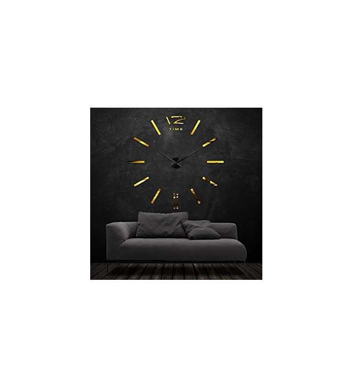Złoty zegar na czarnej ścianie